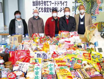「子育てフードドライブ」には、たくさんの食品が寄せられた=12日、加須市役所1階エントランスホール