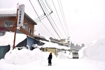 338センチの積雪を観測した西川町志津=13日午後2時11分