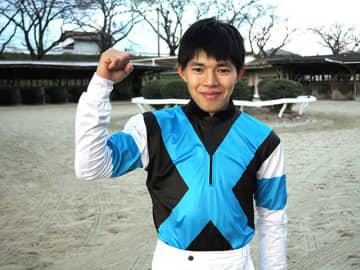大けがを乗り越えて、デビュー21戦目で初勝利を飾った長江慶悟騎手=笠松競馬場