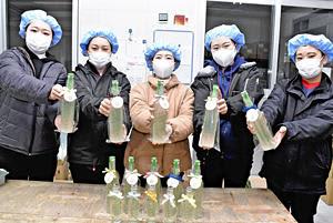 日本酒ファンの掘り起こしを目指して開発した「福がある」をPRする女性社員ら