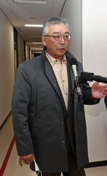 関村長からの辞職願の提出を受けて開いた会合後、取材に応じる桑田議長