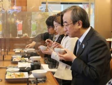 花角英世知事(右)らが出席した「からだがよろこぶデリ」の試食会=13日、県庁