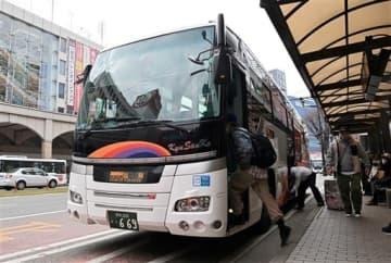 通町筋バス停で乗客を乗せる福岡行きの高速バスひのくに号=13日午後、熊本市中央区(池田祐介)