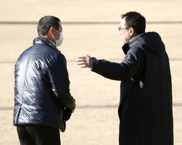 巨人の新人合同練習で桑田投手チーフコーチ補佐(左)と話す原監督=川崎市のジャイアンツ球場