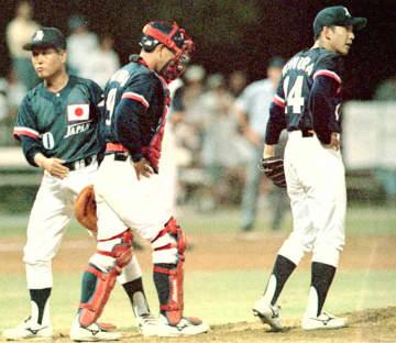 アトランタ五輪日本代表と米国代表との練習試合で、バッテリーを励ます川島監督(左端)=1996年7月、ミリントン(共同)