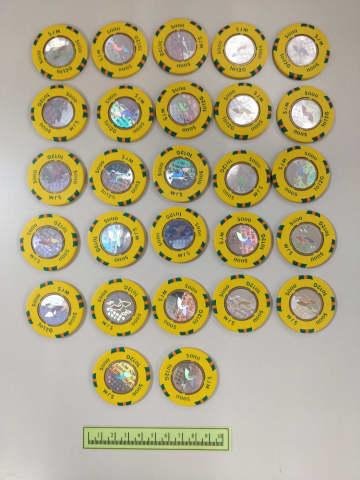 警察が証拠品として公開した偽造チップ(写真:マカオ司法警察局)