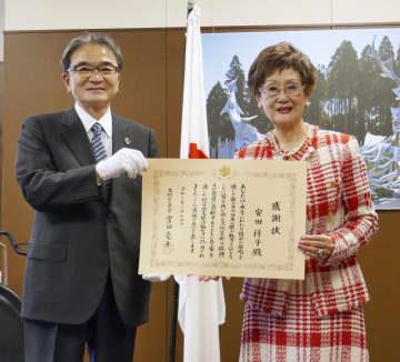 文化庁の宮田亮平長官(左)から感謝状を受け取る歌手の安田祥子さん=14日午後、文化庁(代表撮影)