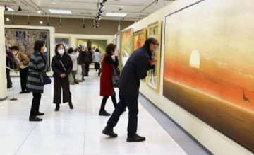 会期終盤を迎えた「院展」岡山会場で、熱心に作品を鑑賞する美術ファンら
