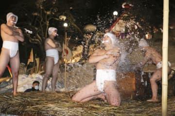 神事「寒中みそぎ」で、冷水を浴び身を清める下帯姿の行修者=14日夜、北海道木古内町の佐女川神社