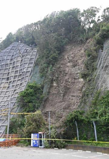 20年7月の記録的大雨で三浦半島に集中した崖崩れ。逗子市の逗子海岸沿いでは、19年に崩落した現場に隣接する斜面が崩れた