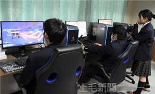 ゲーム「ロケットリーグ」の練習に励むパソコン部員
