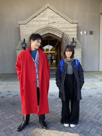 浜辺美波&岡田健史、全身2ショットに「スタイル良すぎ!」