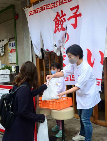 ギョーザで元気を!1日100食を無料配布 福岡市「餃子のラスベガス」