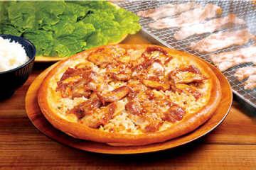 牛カルビをごはんと一緒にトッピング! 「焼肉ライスピザ」が期間限定で販売