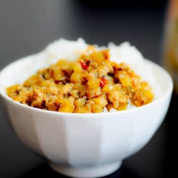 """コンビニ惣菜で""""手抜き丼""""クッキング! ご飯に乗せるだけで一番美味い具材はどれだ!?"""