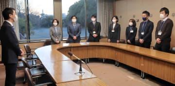 発足式で松尾市長の訓示を受ける担当職員ら=鎌倉市役所