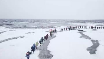 真冬の紅海灘で雪と氷の奇観を楽しむ 遼寧省盤錦市