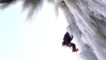 氷瀑の上の「ダンサー」 新疆ウイグル自治区