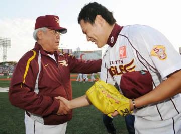 完投勝利でCS第2ステージ進出を決め、楽天の野村克也監督(左)に迎えられる田中将大投手=2009年10月、Kスタ宮城