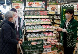どん兵衛のアレンジレシピを紹介する茂木さん(右)