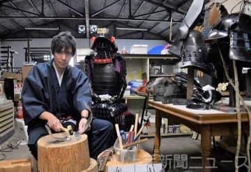 甲冑の製作に励む吉沢さん
