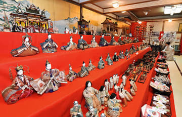 400点以上の雛人形やつるし飾りなどが並ぶ料亭・玉貴=西川町間沢