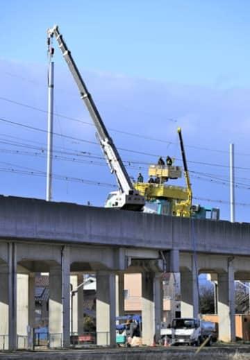 クレーンで新しい支柱を設置するなど復旧工事が進む福島市内の東北新幹線高架橋=19日午後3時35分ごろ