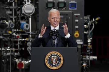 ファイザーの新型コロナウイルスワクチン製造拠点を視察後、演説するバイデン米大統領=19日、米中西部ミシガン州(AP=共同)