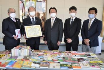 【(左から)葛西教育長、西村会長と役員ら=四日市市役所で】