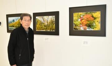 【四季の風景を撮影した作品と西川さん=鳥羽市大明西町の鳥羽ショッピングプラザ「ハロー」で】