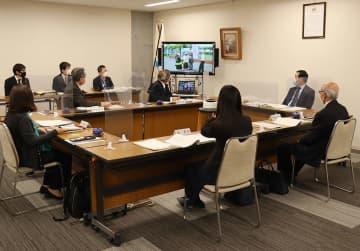福江中の取り組みが紹介された定例教育委員会=県庁