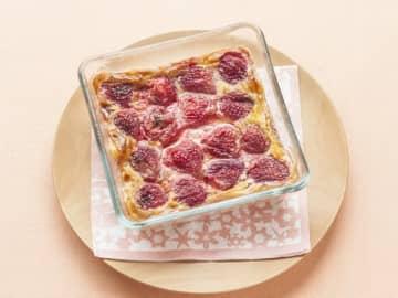 生クリームなしで簡単、いちごのクラフティレシピをご紹介いたします。卵と牛乳で作るプリンのようなフランスの家庭菓子です。