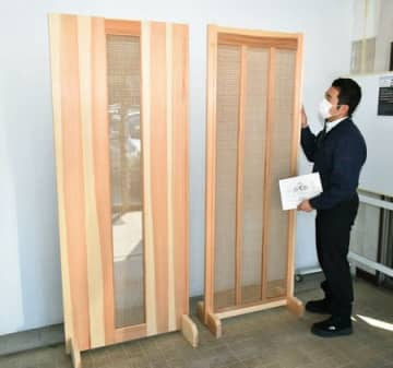 羽越しな布を使った簾戸(右)と引き戸