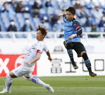 川崎―G大阪 試合終了間際、決勝ゴールを決める川崎・小林。左はG大阪・三浦=埼玉スタジアム