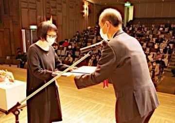 大森市長から賞状を受け取る岩瀬さん(左)