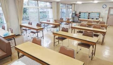 県育英会東京寮の食堂。一度に利用できる人数を減らした上、飛まつ対策で椅子の向きを同一方向とした=東京都港区