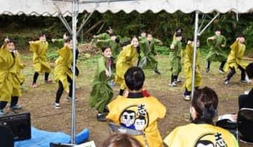 西郷菊次郎の生涯を描くミュージカルのテーマソングに合わせて踊る子どもたち=龍郷町龍郷