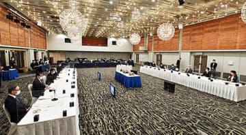 県選出国会議員(リモート参加)と各界代表がポストコロナの山形をテーマに意見交換した=山形市・山形グランドホテル