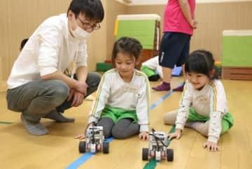 動きをプログラムされたロボットを作って遊んだロボ団南魚沼校の出前授業=南魚沼市坂戸