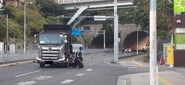 多重事故現場でダンプカーの走行位置の再現確認をする捜査員ら=21日午前、浦添市伊祖トンネル付近の国道330号