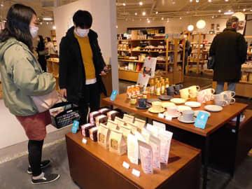 買い物客でにぎわうリニューアルされた店内=岐阜市橋本町、アクティブG内「THE GIFTS SHOP」
