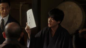 一平は新作の「若旦那のハイキング」を仕上げる - (C) NHK