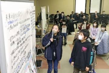 米百俵未来塾で学んだ成果や、将来の夢について発表する塾生=20日、長岡市三和2