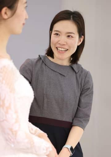 「刺繡も細やかで豪華な印象ですよ」と声を掛ける松尾さん