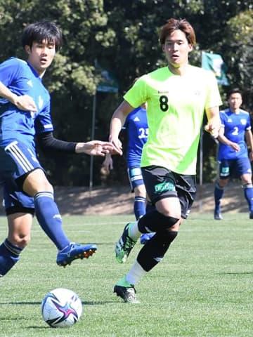 今治との練習試合でボールを追うFC岐阜のMF中島(8)=宮崎県内