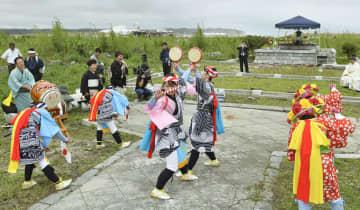 2017年8月、福島県浪江町請戸地区の☆野(くさの)神社で、「請戸の田植踊」を奉納する踊り子たち ☆は(草カンムリに召)