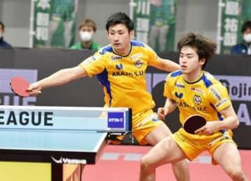 第1試合のダブルスを制した岡山リベッツの上田仁(左)と森薗政崇=アリーナ立川立飛((C)T.LEAGUE)