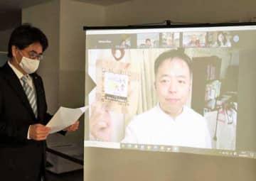 地域再生大賞の優秀賞を受賞した「宮崎がん共同勉強会」を代表してリモートで表彰を受ける押川勝太郎理事長(右)=21日午後