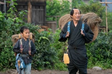 第2話より幼少期の栄一(小林優仁)と父・市郎右衛門(小林薫) - (C)NHK