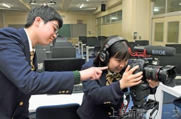 新設する部で導入予定のカメラの操作を試す上野さん(右)と大山さん